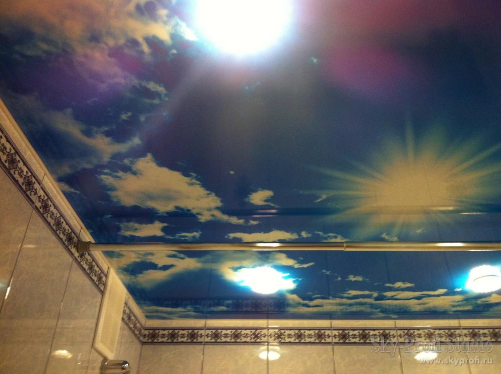 Небо с облаками на потолке в ванной комнате