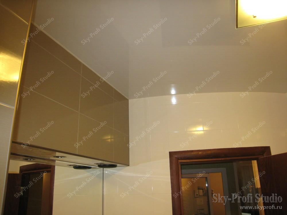 Глянцевый потолок в ванной с коробом