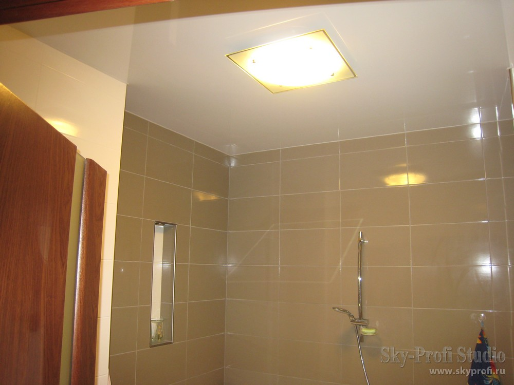 Потолочный светильник на глянцевом потолке в ванной