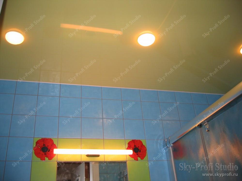 Желтый потолок в ванной комнате