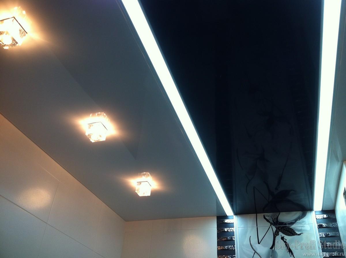 Потолок в ванной со световыми линиями