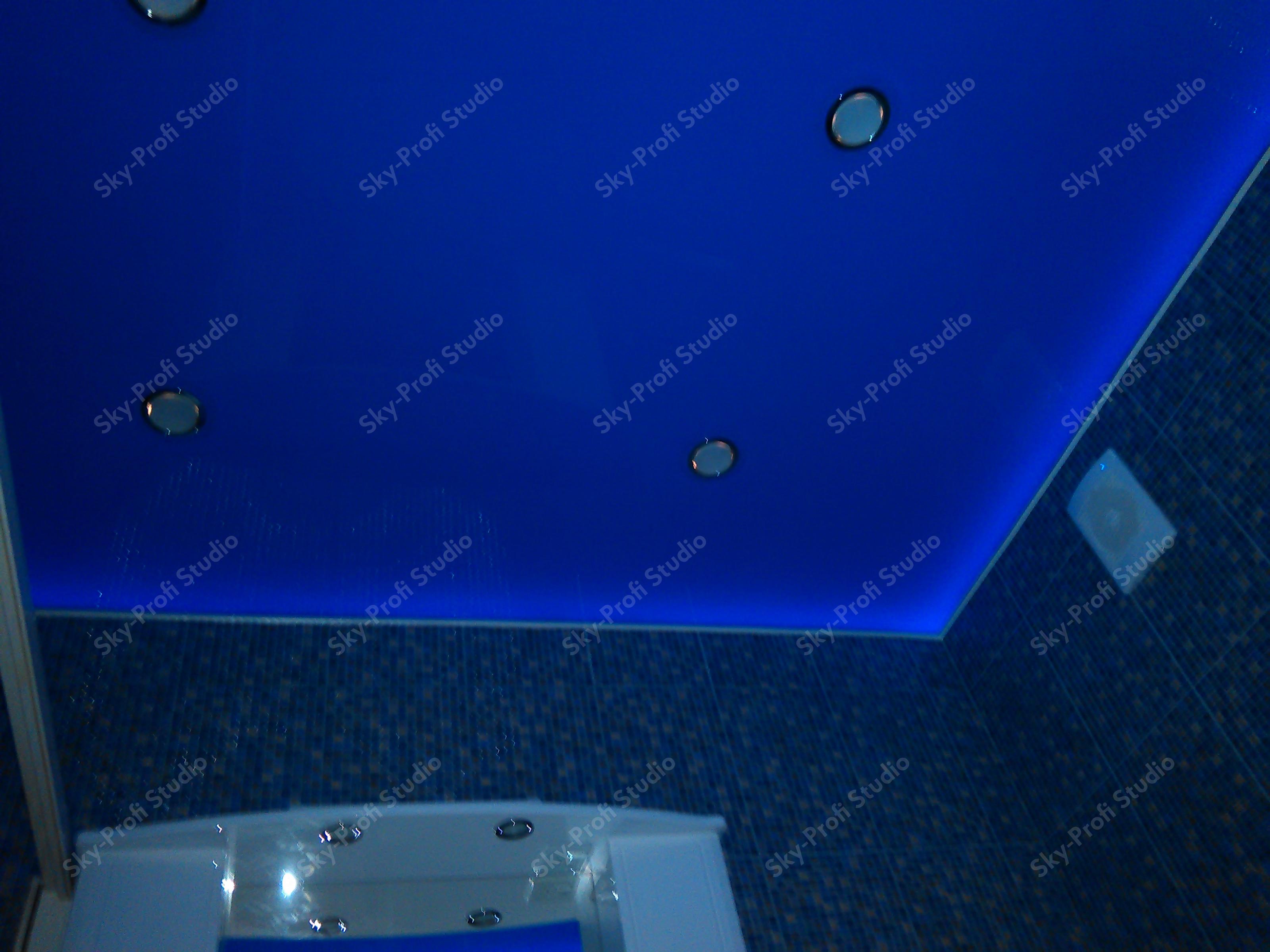 Синий глянцевый потолок в ванной комнате