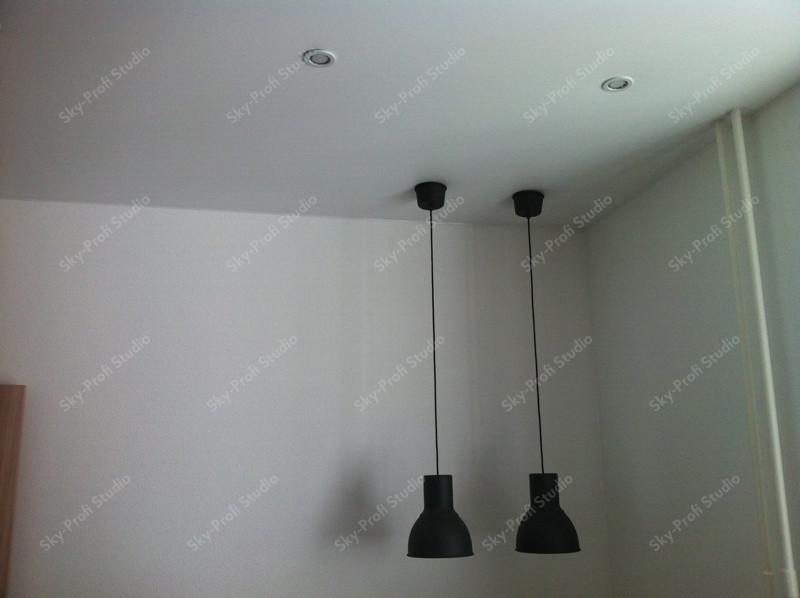 Подвесные светильники над столом кухни