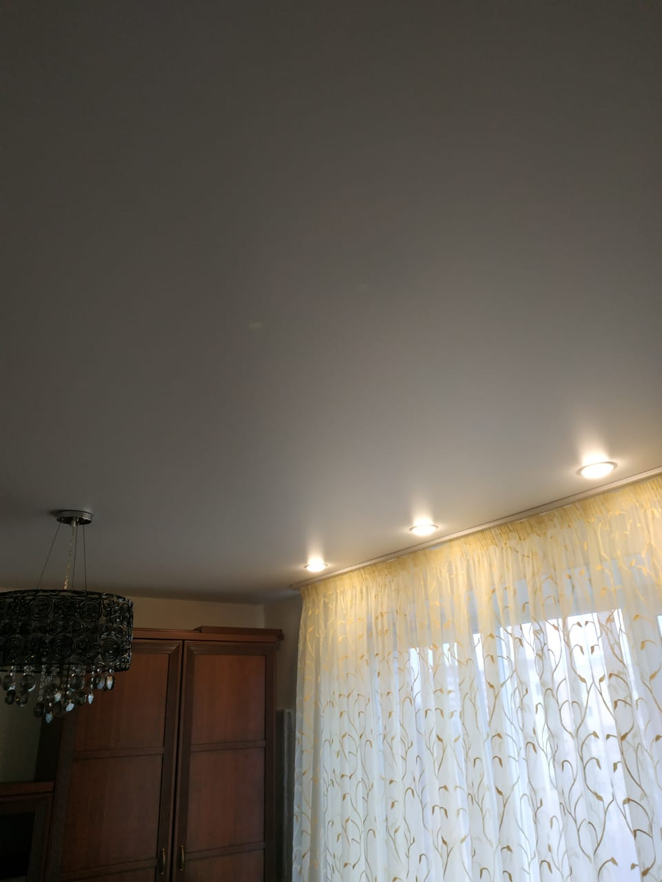 Матовый потолок с потолочным карнизом в зале