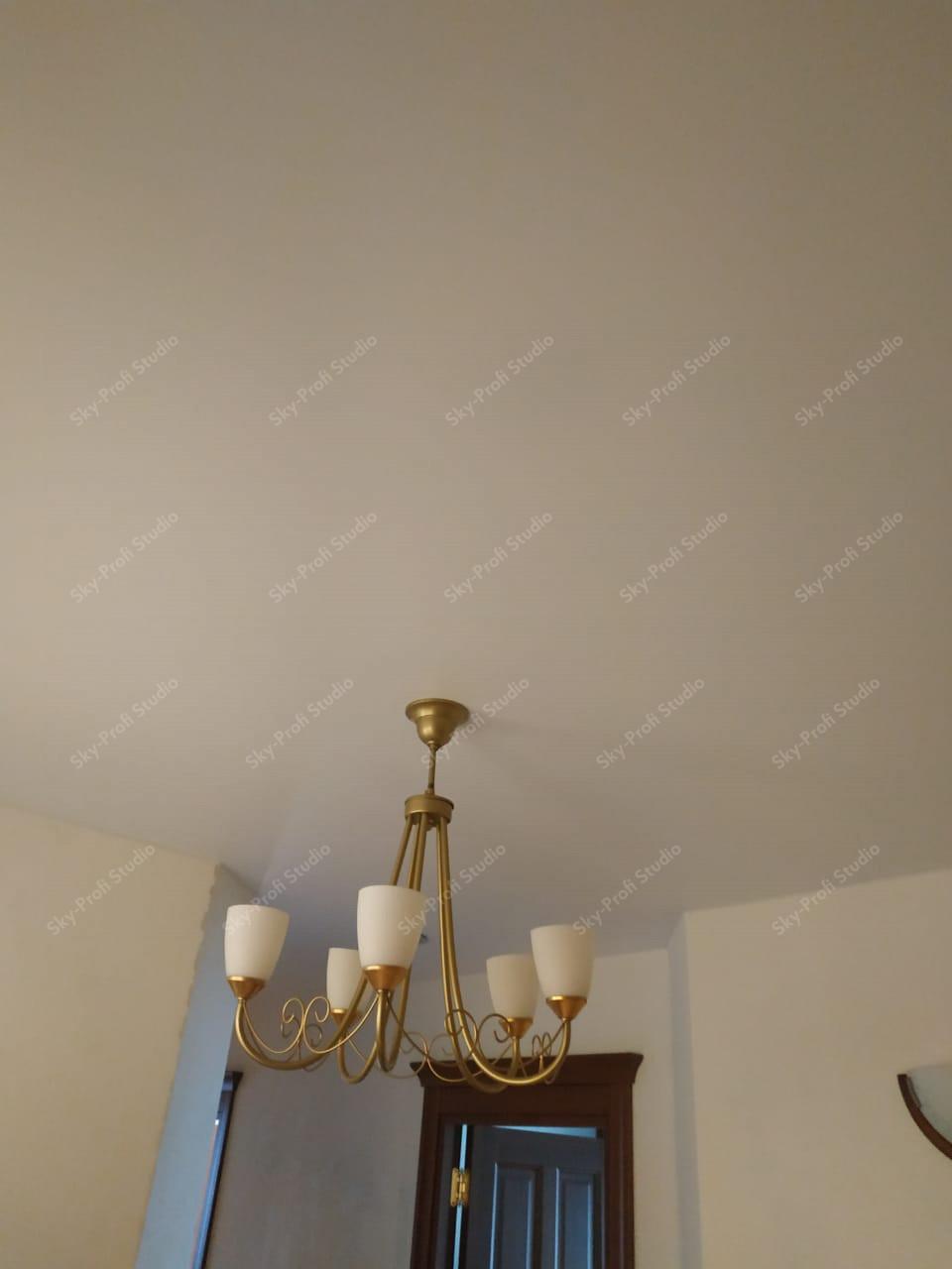 Матовый потолок с люстрой в гостиной