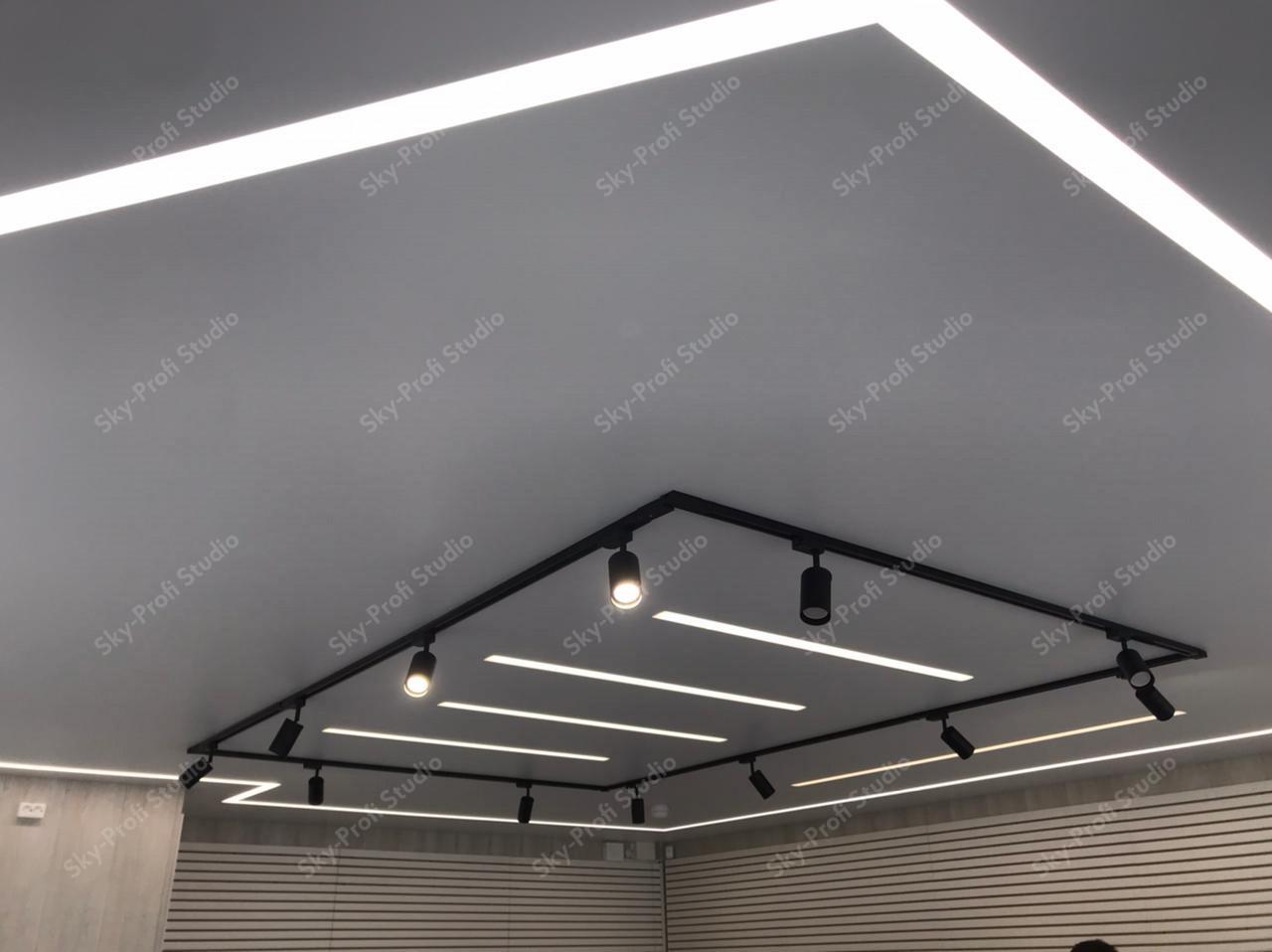 ремонт потолка со световыми линиями