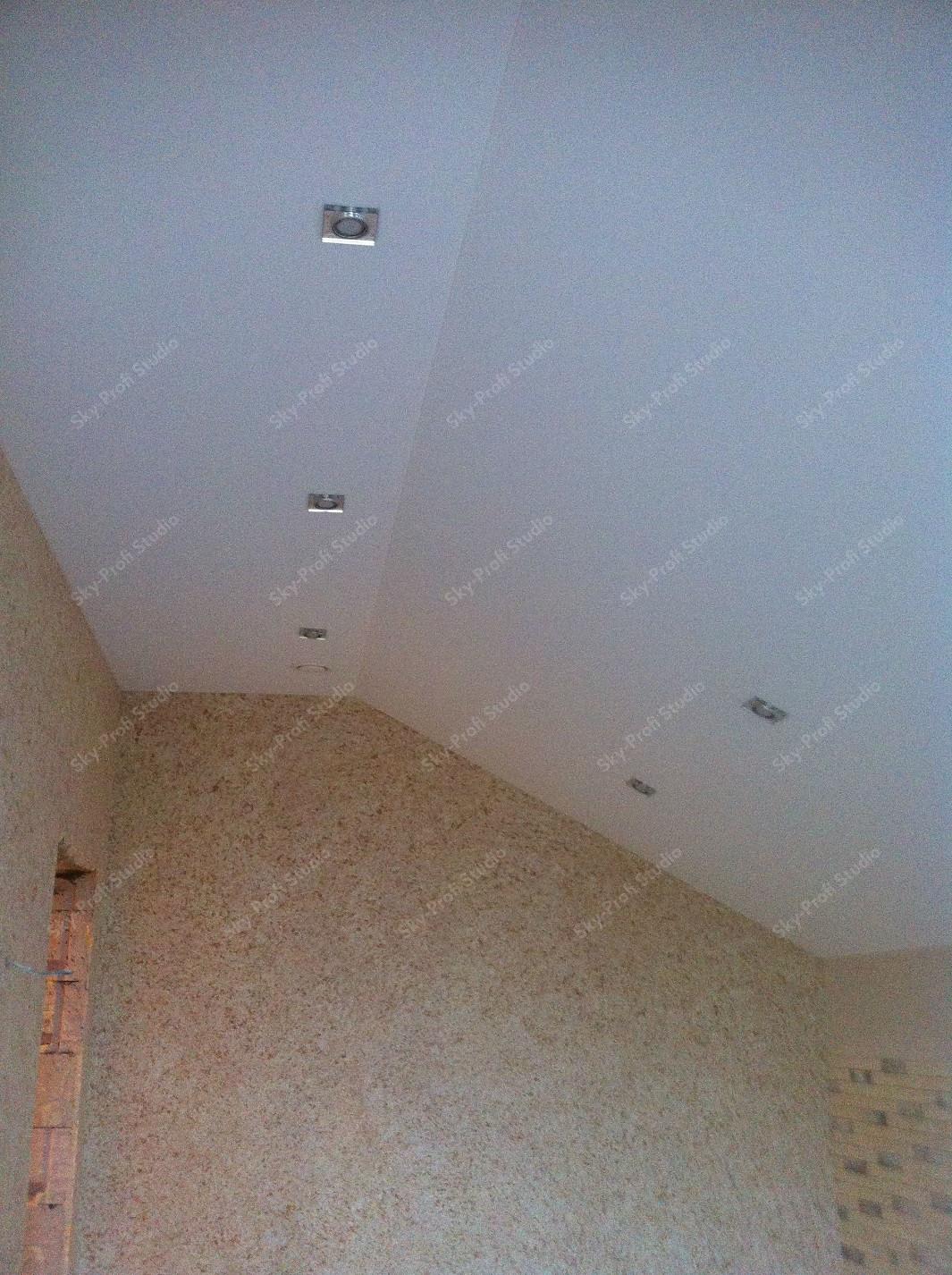 Тканевый потолок на кухне с переломом