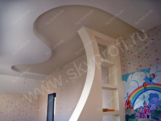 фигурный потолок на кухне